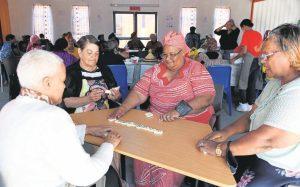 Die bejaardes speel gewoonlik verskillende speletjies wanneer hulle saam kuier. Jane Bam (middel, in rooi) is een van die eerste bejaardes wat haar by die senior klub aangesluit het.